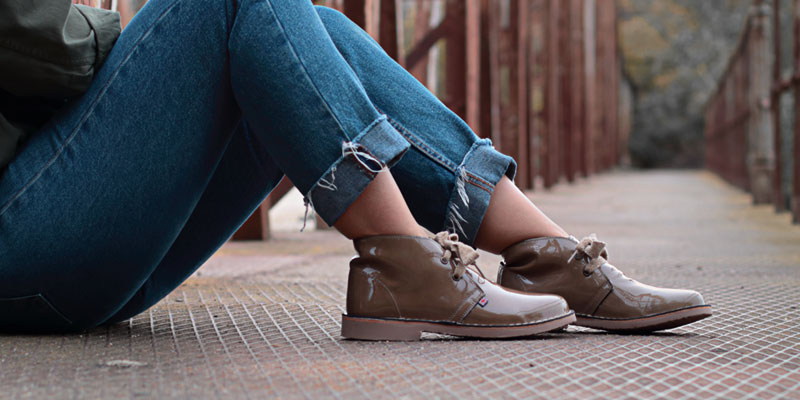 Desert boots patent leather camel color